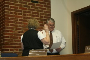 Terry Pennington takes his oath of office from Kay Gammill. Photo By Chris Evans